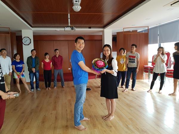 Nhân viên… phòng Giám đốc tặng hoa và gửi lời…yêu đến thành viên mới. Đối với Giám đốc Nguyễn Văn Cường, mọi thành viên của MCBooks anh đều dành 1 tình yêu thương như người yêu vậy.