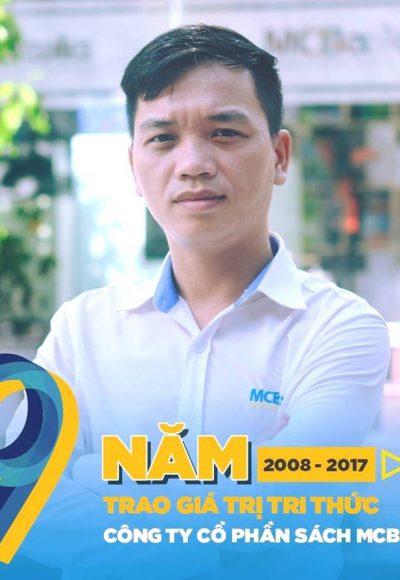 Phó Giám đốc- anh Vũ Bá Hùng trao quyết định bổ nhiệm vị trí làm việc mới cho anh Đỗ Thanh Hải